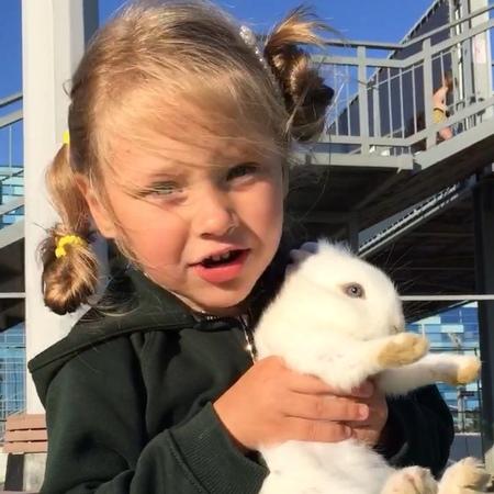 """Александр Задойнов on Instagram """"Как играет доча с кроликом, доставляет умиление и удовольствие! ."""