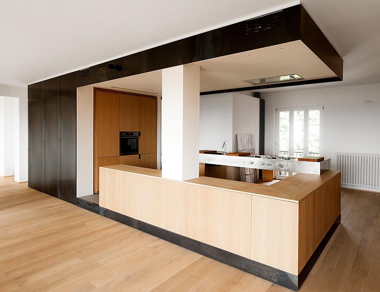 Дерево и железо в интерьере квартиры