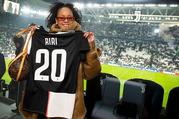 Рианна посетила футбольный матч Лиги чемпионов в Турине 31-летнюю певицу Рианну нередко можно встретить на трибунах спортивных соревнований. Помимо музыки и моды, звезда увлекается и различными
