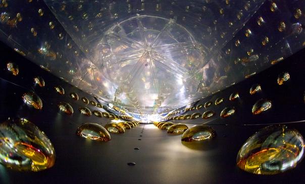 Вездесущие и практически неуловимые частицы нейтрино свободно пролетают сквозь наше тело, толщу Земли или Солнца