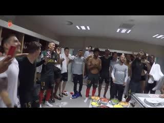 Празднование победы на стадионе