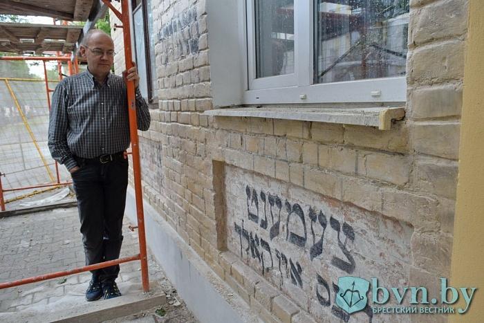 Как реставрируют надписи на старых домах Бреста