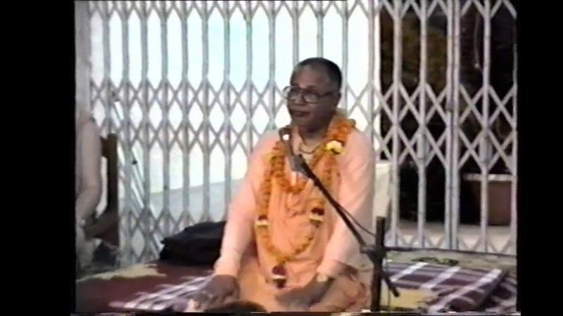 Srila Bhakti Sundar Govinda Dev Goswami Maharaj leading kirtan
