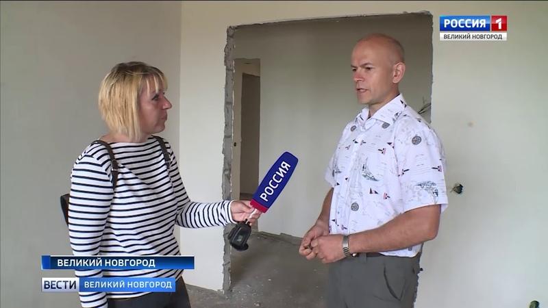 Похоже, что судьба многострадального дома №43 в Великом Новгороде на улице Шимской всё же сложится счастливо. Сейчас работа на стройплощадке - в полном разгаре, хотя получить ключи от квартир жильцы должны были еще в сентябре 2016 года. Но прежний подрядч
