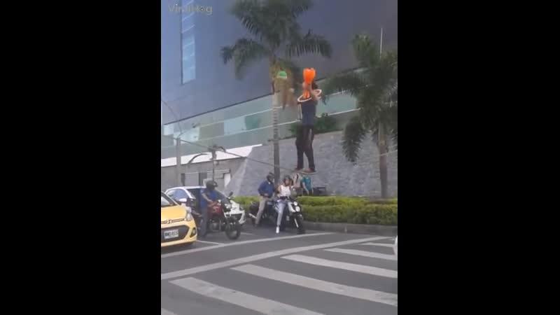 уличный акробат