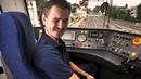 Мэддисон учится водить поезд в игре Train Sim World