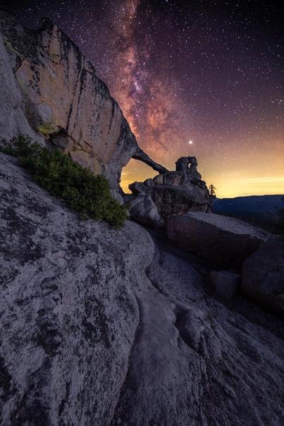 Млечный Путь ярко сияет над скалой, Национальный парк Йосемити