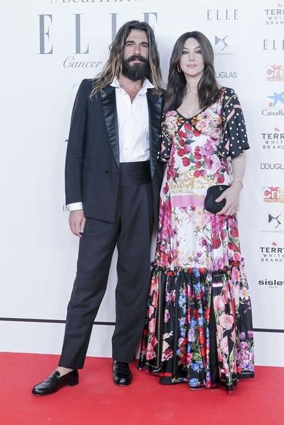 Моника Беллуччи и Николас Лефевр посетили благотворительный бал журнала Elle. Для выхода в свет Моника выбрала яркое платье с глубоким декольте и флористическим принтом от бренда Dolce &