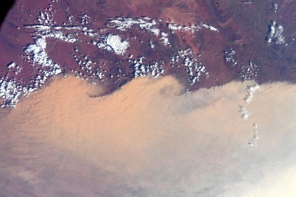 Дым от австралийских пожаров засняли из космоса Астронавт Кристина Кох поделилась снимками, полученными с борта МКС, на которых виден дым от разрушительных пожаров в Австралии.Примерно 70