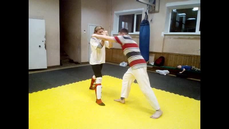 Наташа делает жесткие блоки от удара коленом и ногой сбоку-2