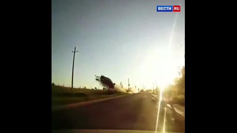 новостироссии rzn life Repost @ vesti24 ・・・ Впечатляющий полет легковушки в Подмосковье попал на видео Очевидец опубликова
