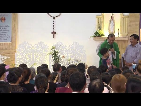 1 Bạn Nhỏ Đến Với Lòng Chúa Thương Xót Dành Tặng Heo Đất Để Làm Việc Bác Ái