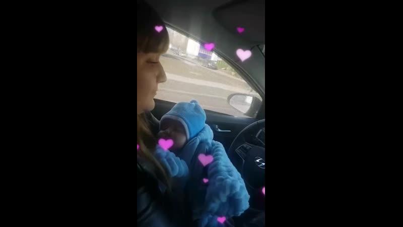 Челнинка прокатилась за рулем с младенцем на руках