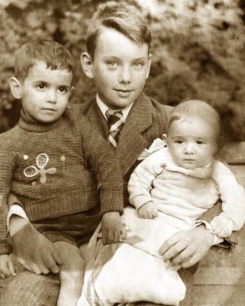 Алеша Баталов с братьями, 30-е годы. Какой ваш любимый фильм с ним .Спасибо за и подписку .Родился А. Баталов 20 ноября 1928 года в городе Владимир, в очень известной актерской семье. Отец