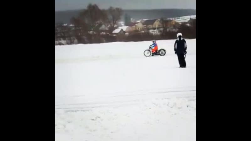Когда дал гаревый мотоцикл ледовому гонщику