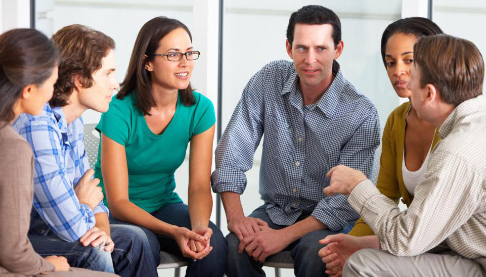 Групповая терапия часто включает 12-шаговую программу Анонимных Алкоголиков