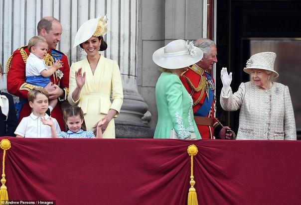 Традиционное фото: вся королевская семья на балконе Букингемского дворца И очень трогательный момент с принцем ЛуиОфициальное празднование дня рождения королевы Елизаветы II по традиции