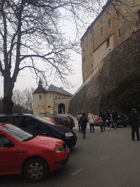 ЧЕШСКИЙ ШТЕРНБЕРГ И ЕГО ХРАНИТЕЛЬ Этого пожилого чеха зовут Вацлав. Он смотритель замка Чешский Штернберг. На фото как раз этот замок. Он в частном владении. В период бархатной революции замок