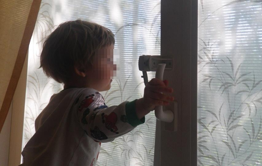 В КЧР маленький ребенок выпал из окна 2 этажа