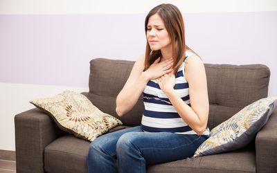 Приступы изжоги могут имитировать симптомы стенокардии или сердечного приступа (или наоборот).