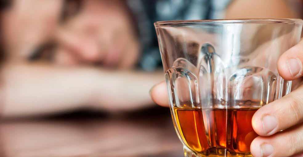 Спонсоры помогают новым членам преодолеть алкоголизм.
