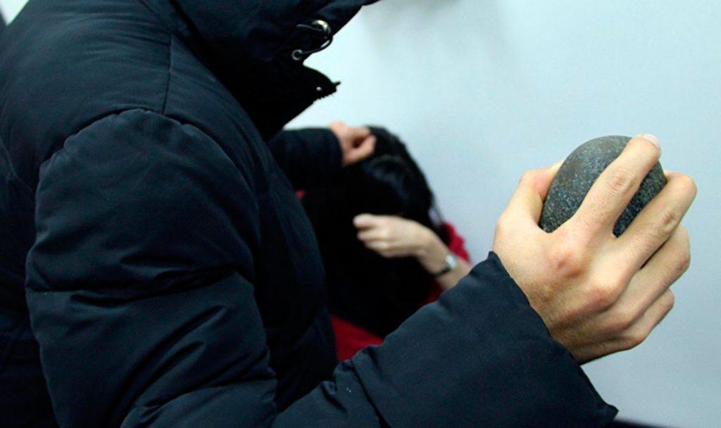 Тебердинскому сотруднику полиции прибывшему на вызов, ударили камнем по голове