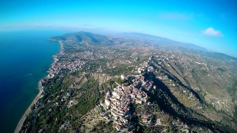 Terra e mare di Castellabate lungo e largo dall'alto (versione più breve)