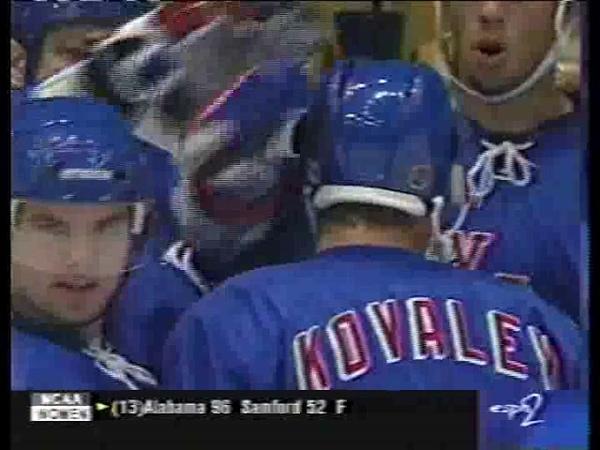 Alex Kovalev breaks his 12 games streak without goals vs Kings (1998)