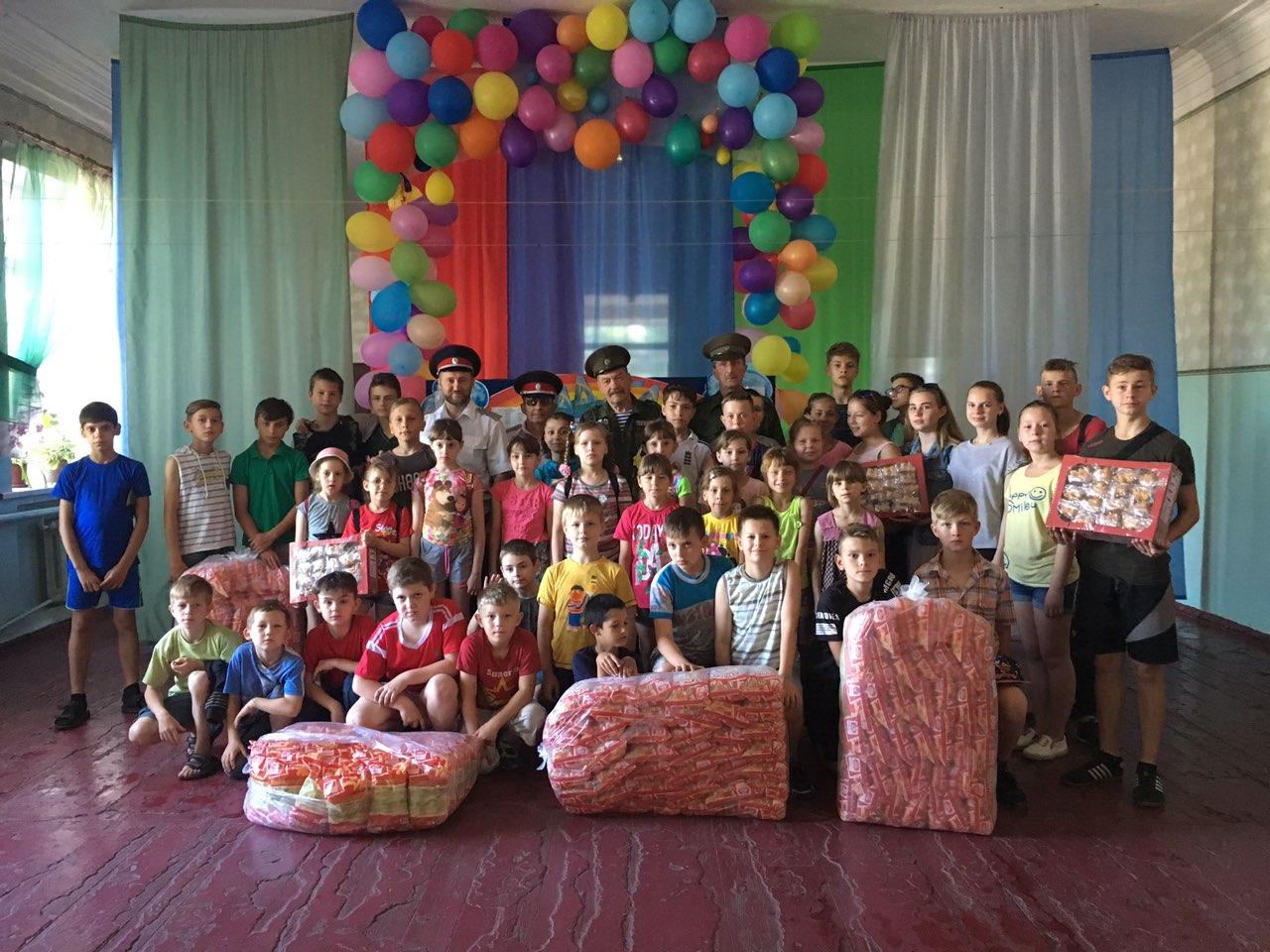Казаки ЛОДК в день защиты детей сделали подарки детворе в Белореченске и Луганске