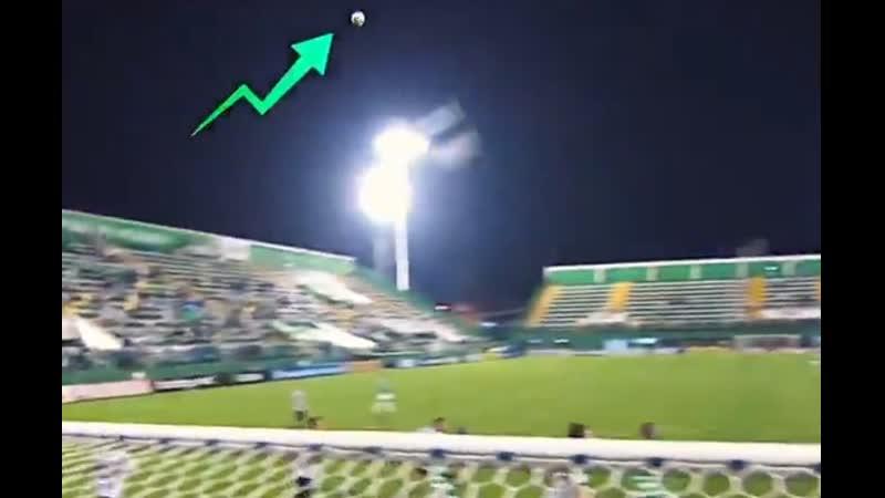 На футбольном матче мяч ударился в невидимый НЛО зависший над полем