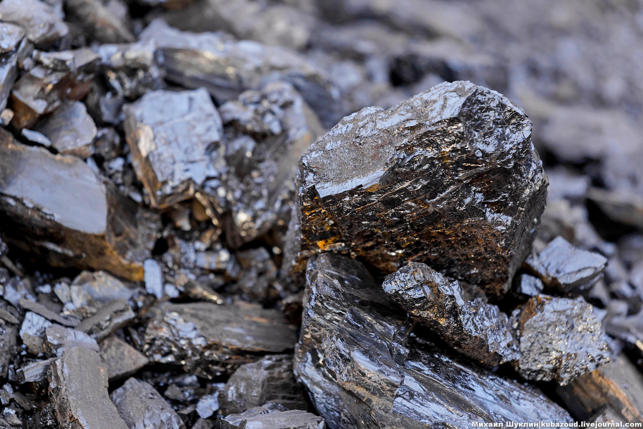 """Зимой 2019 года я второй раз побывал на двух разрезах компании """"Русский уголь"""". В этом посте речь пойдет об угле и его добыче на разрезе Саяно-Партизанский. Этот разрез примечателен тем, что это единственное место в Красноярском крае, где идет добыча каменного угля, обладающего высокой калорийностью."""