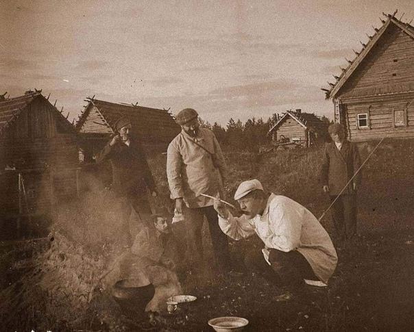 В 1905 году в Охотино у художника Коровина гостят художник Серов и певец Шаляпин.