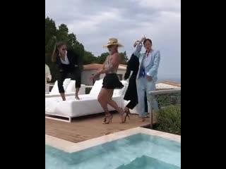 Танцующий миллионер станцевал тверк на каблуках