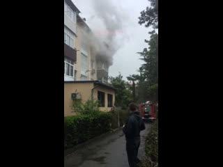 Сегодня утром на Цветном бульваре сгорела квартира в четырёхэтажном жилом доме номер 28. Никто не пострадал