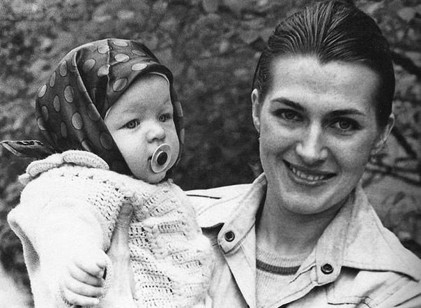 Галина Логинова с своей дочерью Милой Йовович. Киев, Украина. 1976.