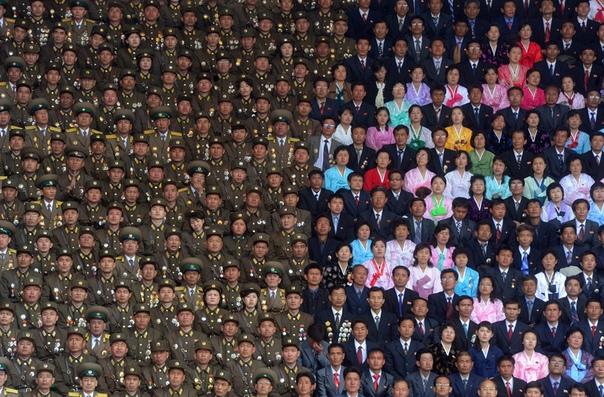 Торжественное собрание участников Народной армии КНДР и гражданские лица на стадионе имени Ким Ир Сена (Пхеньян