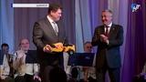 Юрий Бобрышев подарил новому главе Шимского района Алексею Шишкину игрушечный асфальтовый каток