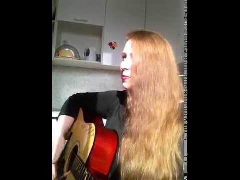 Красивая девушка поет под гитару! КОРОЛЕВА СНЕЖНАЯ (с переводом)/ Russian girl playing guitar