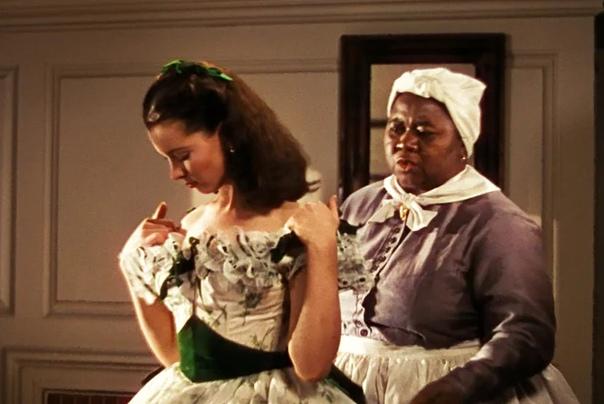 Платья Скарлетт ОХара. Довоенные наряды Уверены, что вы помните платье Скарлетт из маминых портьер. Это платье уже вызов и утверждение, платье для завоевания мира. Более того, оно само по себе