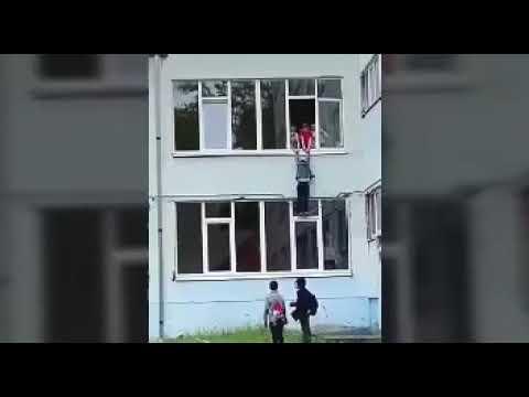 Школьник повис на оконной раме второго этажа. Ростов-на-Дону. Assasins creed по русски.
