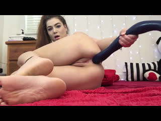 Young girl plays with her anal snake on the webcam