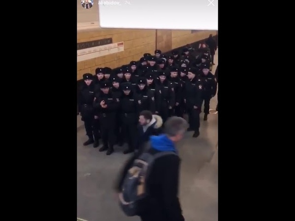 Парень в метро уронил пистолет перед кучей полицейских