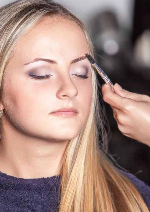 Косметологи могут предложить услуги перманентного макияжа для бровей.