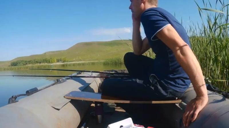 Рыбалка на поплавок с лодки в камышах. Не очень удачно