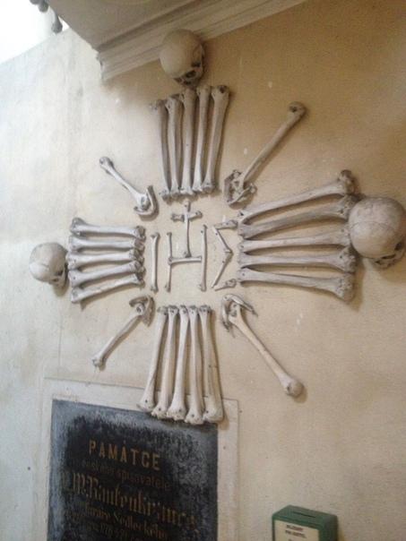КОСНИЦА В СЕДЛИЦЕ Все началось с того.......что в 13-м веке монах-цистерцианец привез землю с Голгофы и развеял ее по кладбищу Седлицы, что является предместьем Кутна Горы, сделав его самым