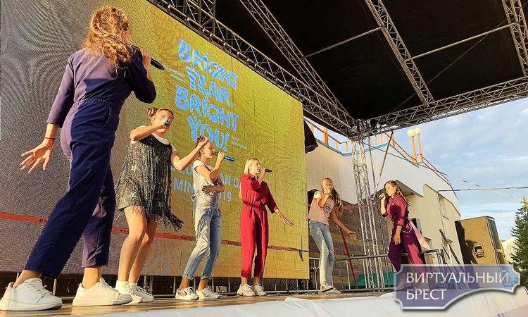 """Участники Вокальной студии """"BOOM"""" дали часовой концерт в поддержку спортсменов"""