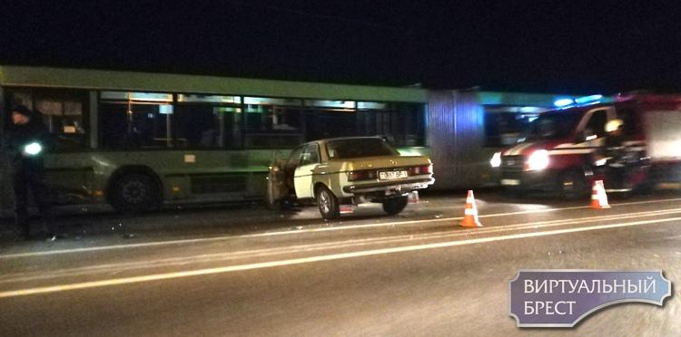 На мосту по ул. 28-го Июля крупное ДТП: легковушка впечаталась в автобус