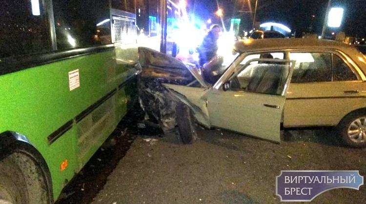 В Бресте произошло ДТП с участием автобуса и трех легковушек (официально)