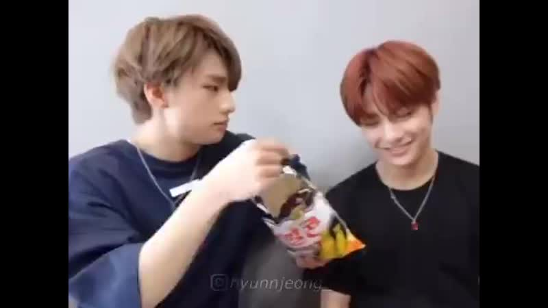 They're so cute with each other I can't help but be stunned - - hyunjin jeongin straykids hyunjeong hyunin.mp4
