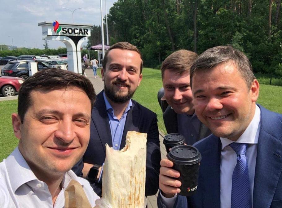 Зеленский посоветовал политикам есть шаурму, чтобы не «забронзоветь»